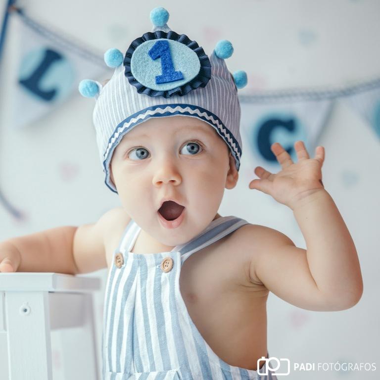 Fotografia de estudio de bebe con tarta de cumpleaños